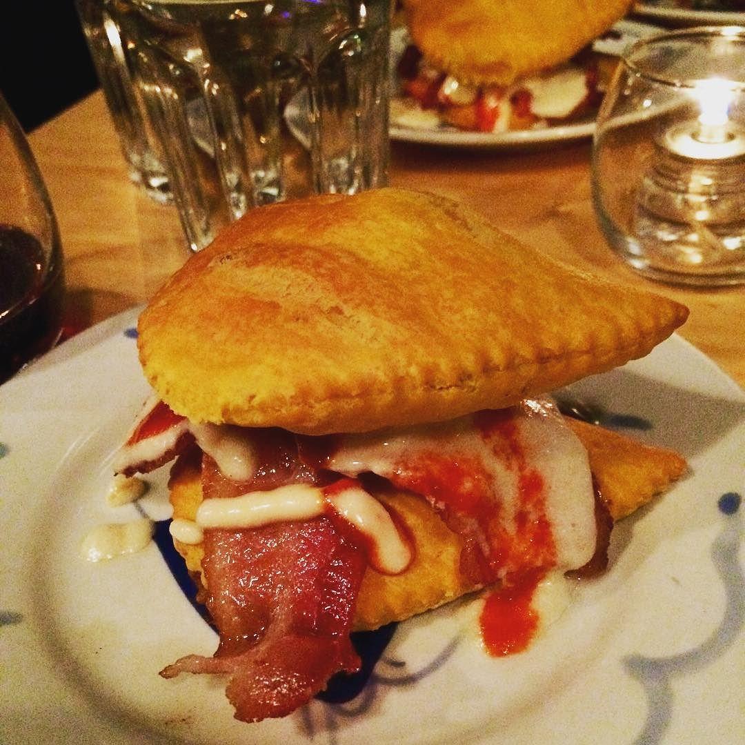 I like me some #doubledown #beefpatty mon #food #foodie #foodporn #yum #jamaicanfood #bacon #tastethesix #sriracha by evdesigninc