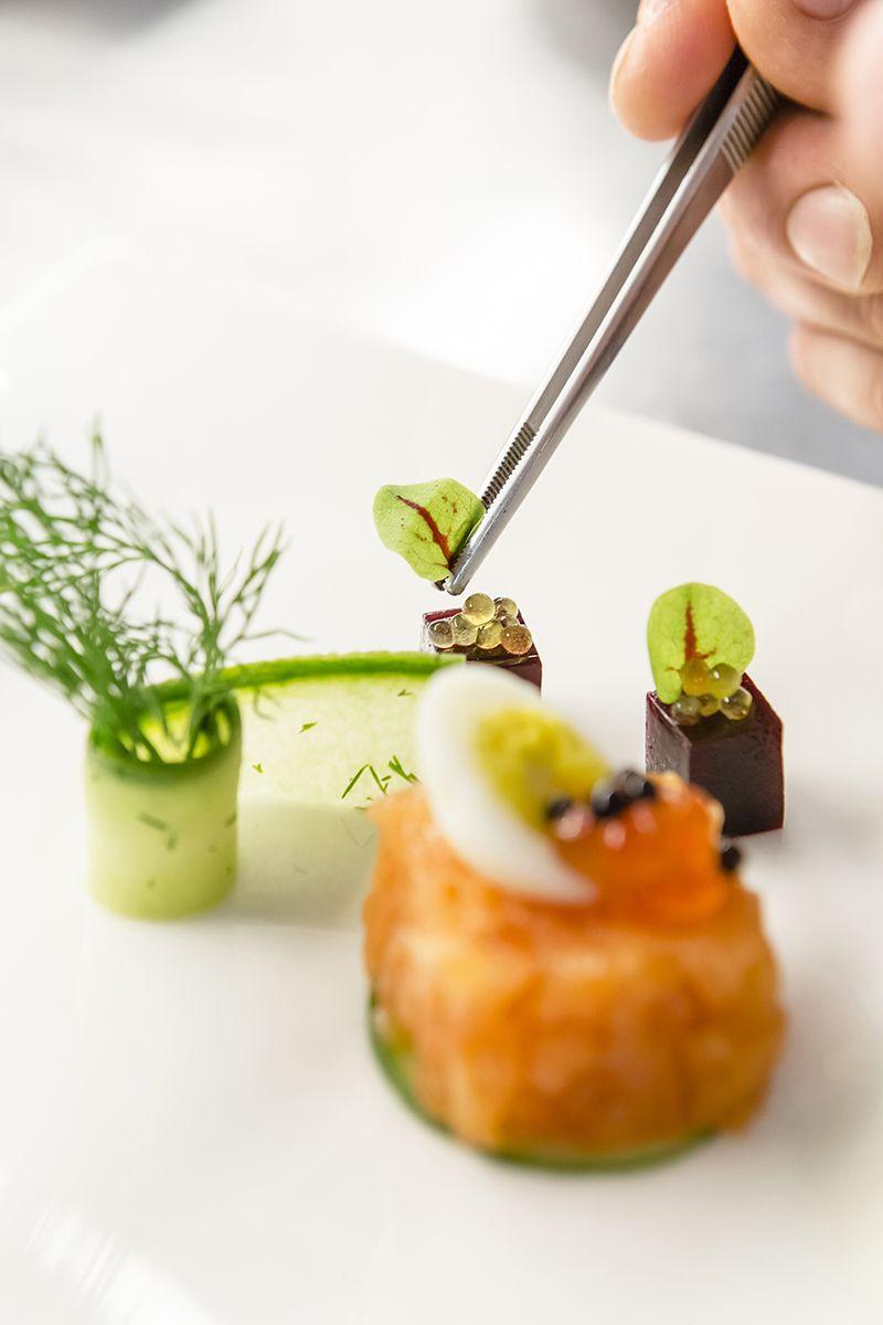 Lachstatar mit Kaviar und Wachtelei, Rote Beete-Würfel, Gurke mit Dill -frisch zubereitet in der Gourmetküche der Sonne Mellau