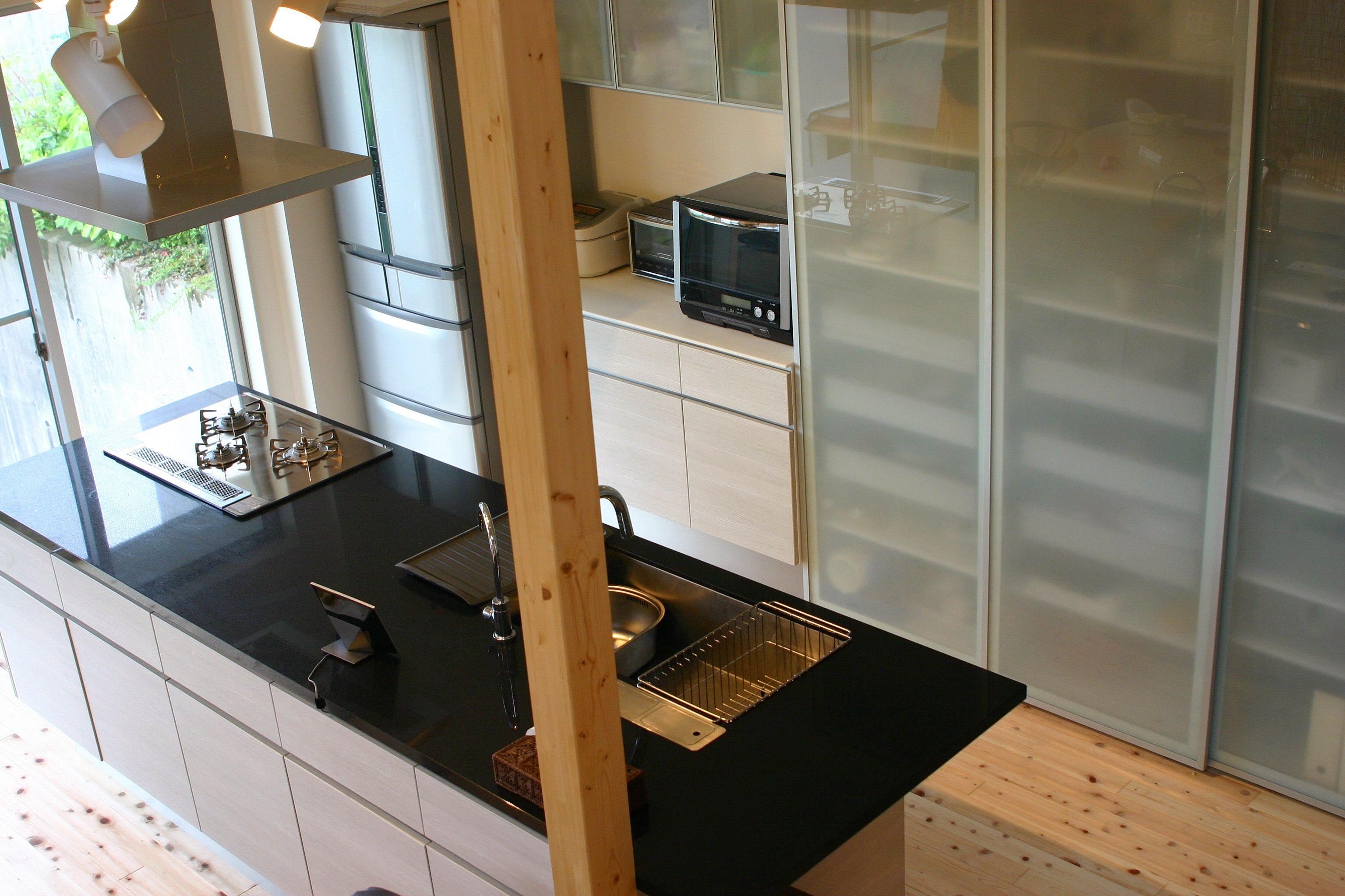 施工事例 アイランドキッチン 背面収納 リビング側を全部開き扉