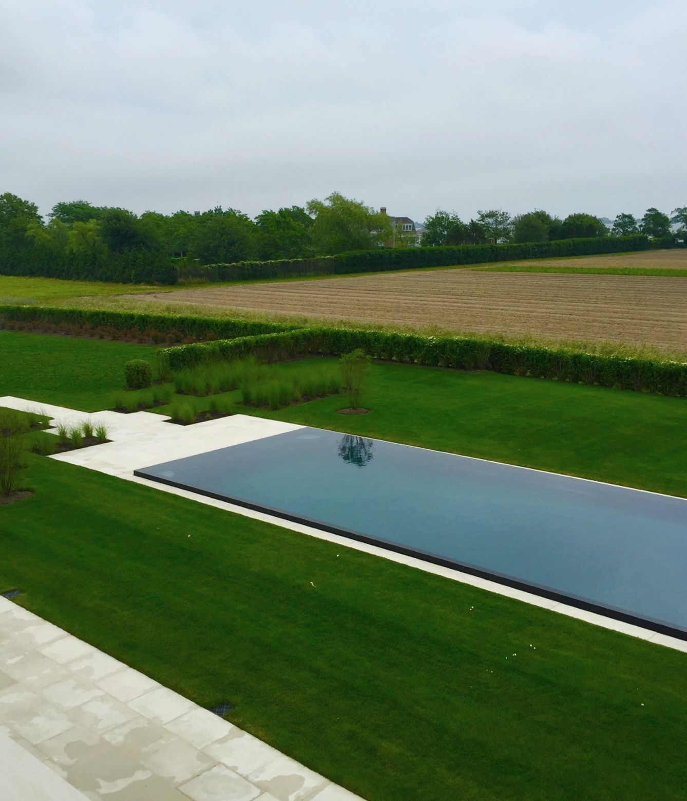 Modern pool in the hamptons by howard design studio for Pool design hamptons