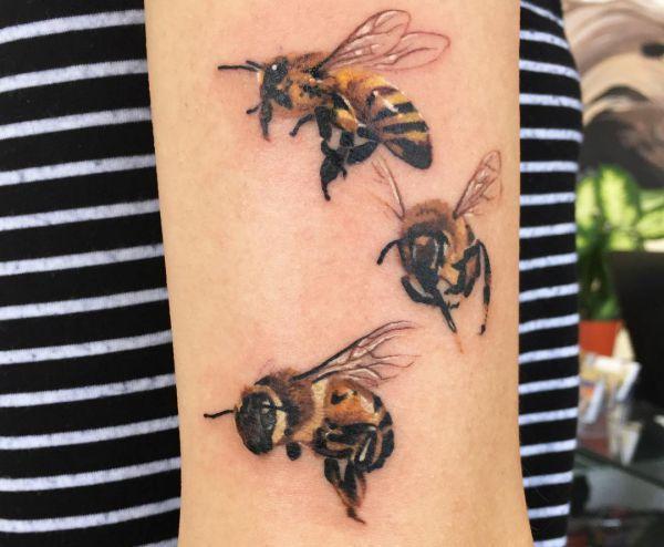bienen tattoos designs und bedeutungen tattoos pinterest bienen designs und biene tattoo