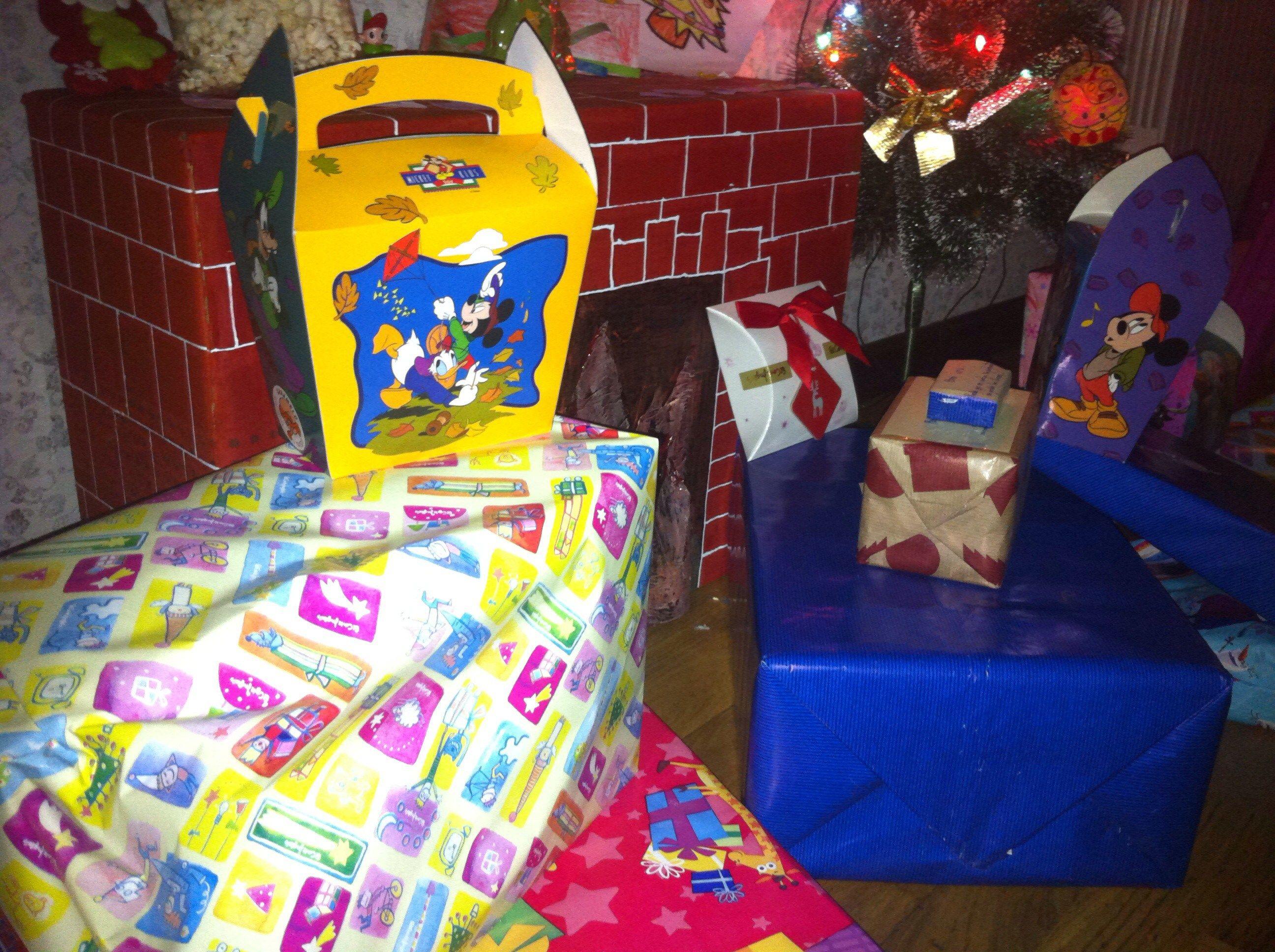 Todo en uno: chimenea navideña, baúl de juguetes y mesa de juegos