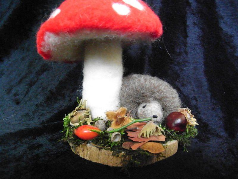 Fliegenpilz mit Igel, Herbst, waldorfart von Sandras Wunderland auf DaWanda.com