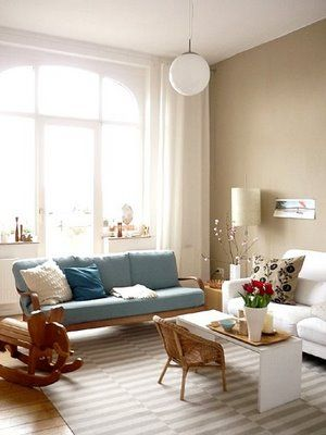 This is so pretty and I love how they have the little kids chair in - Wohnzimmer Braunes Sofa