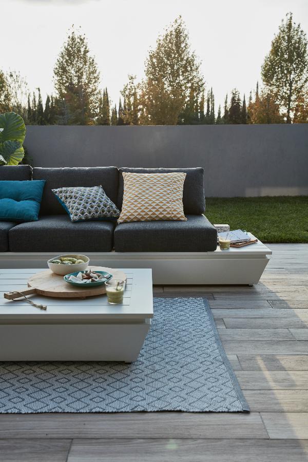 Un salon de jardin, une table pour manger sur la terrasse ...