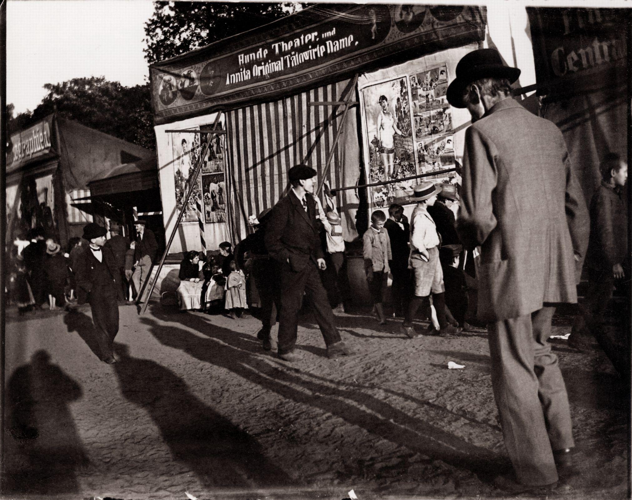 Rummel vor dem HundeTheater Heinrich Zille um 1900