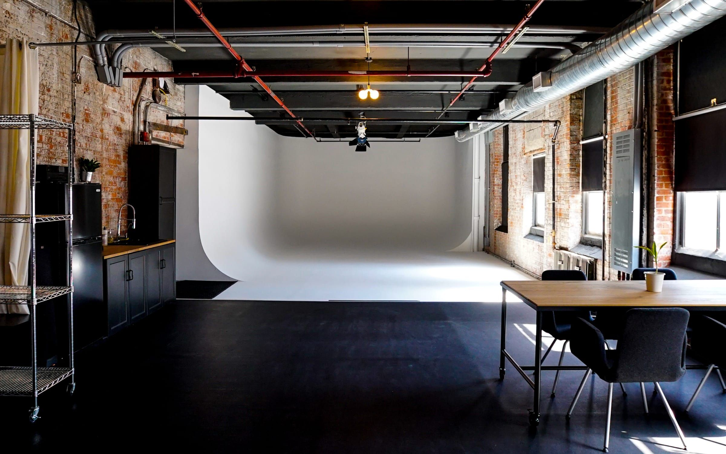 1 500 Square Feet Column Free 300 Amp 3 Phase Power Three Wall Cyclorama 30 X 20 X 12 Full Lig Coworking Space Design Space Design Studio Space