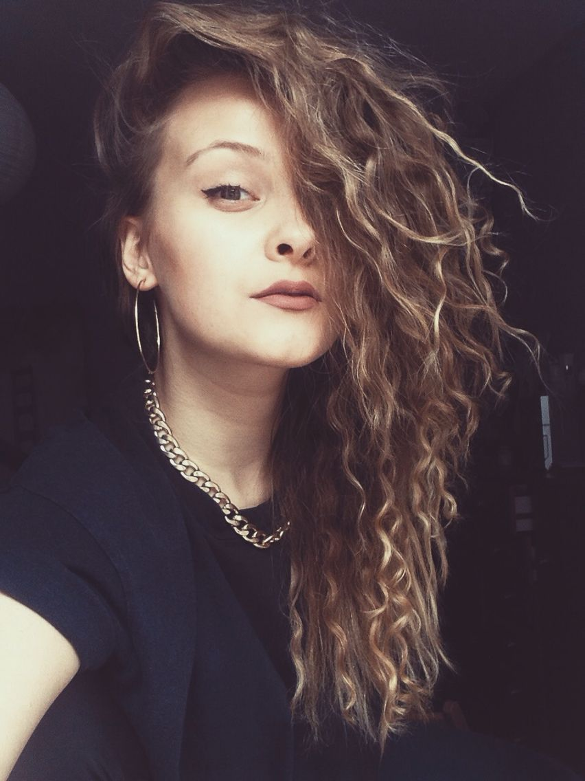 curly hair, hair, curls, big curls, girl, blonde, blonde curls, pale skin, light skin, chain, gold chain, makeup, matte lipstick, lips, nude, black outfit, outfits #curls