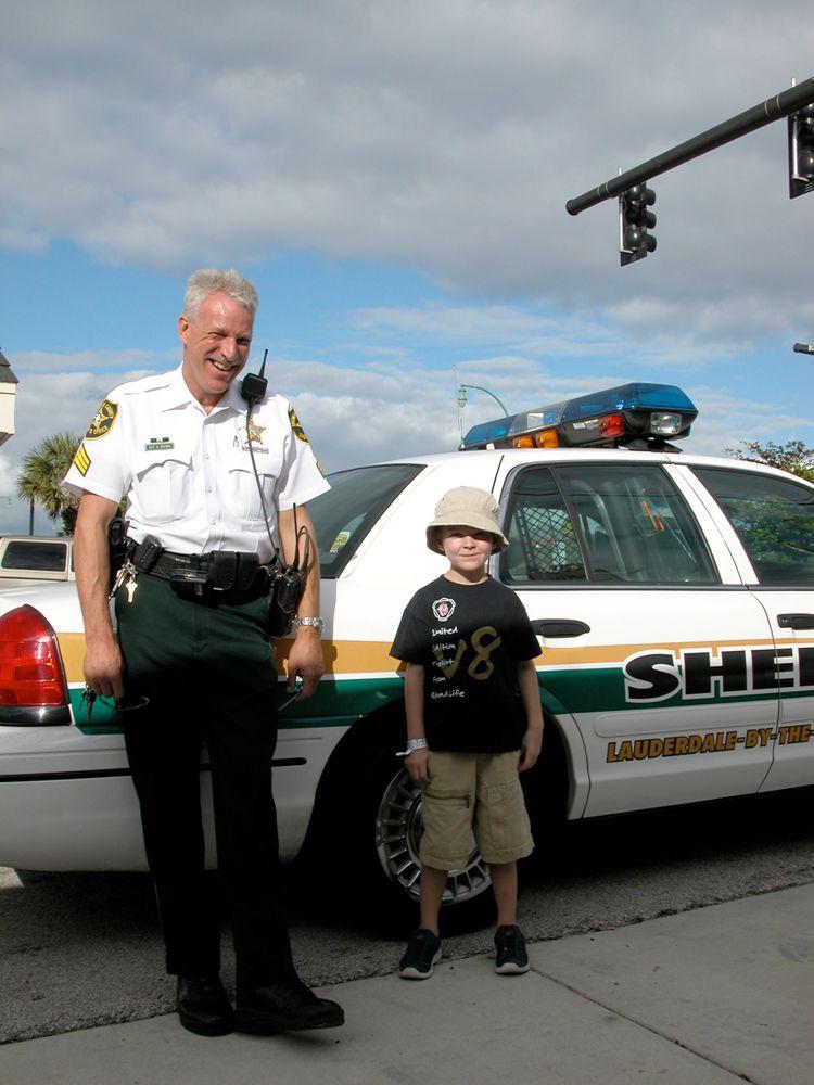 USA er også venlige politimænd. Junior er med i Florida og byen er Fort Lauderdale