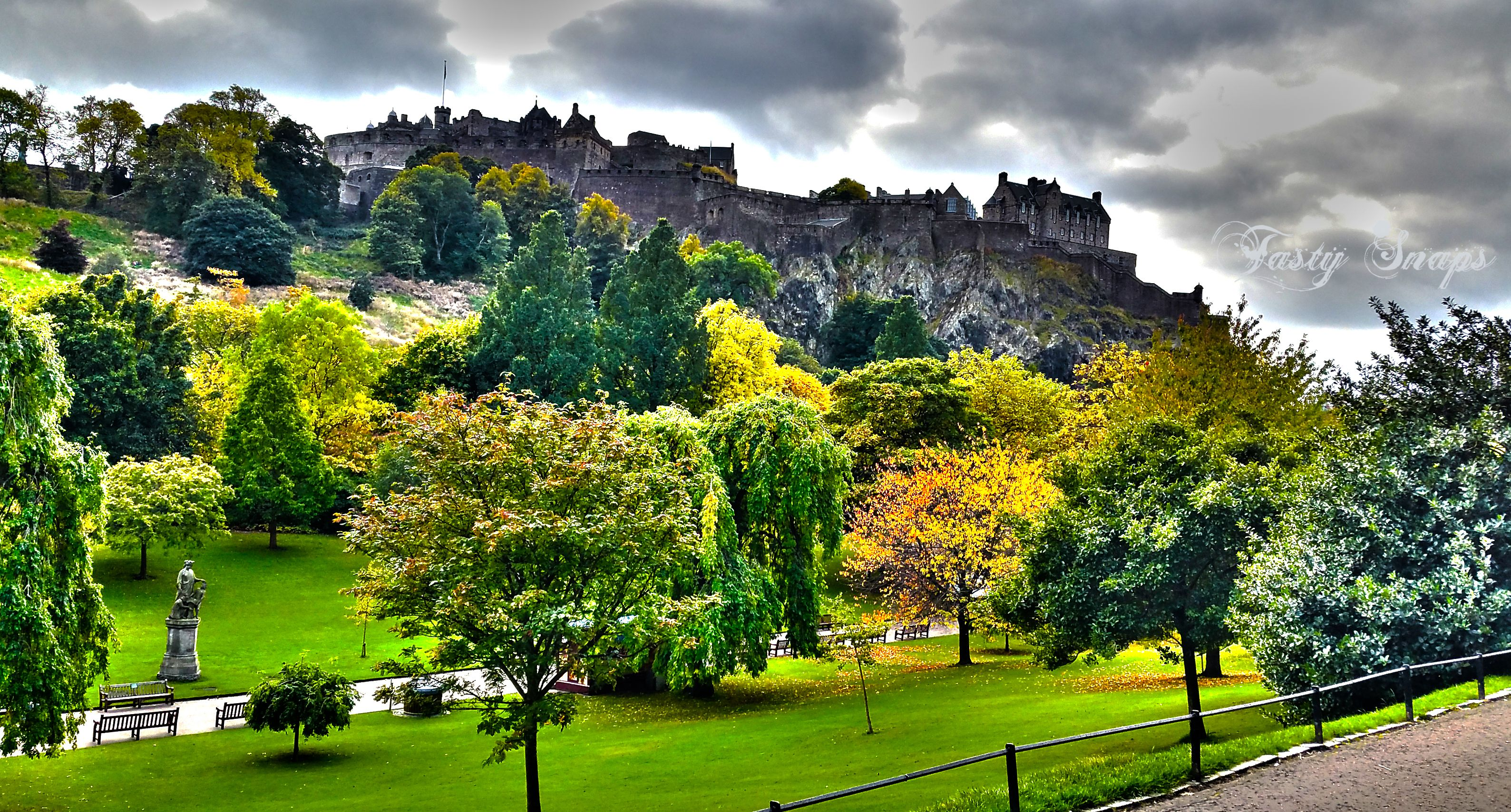 Download this photo of #Edinburgh #castle for free and use it for your blog, social network or commercial purpose. ----> http://viid.me/qm1cvn
