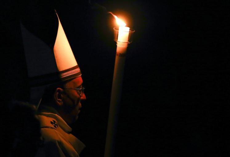 Osternacht: Papst Franziskus hielt in der Osternacht (Karsamstag auf Ostersonntag) die alljährliche Messe im Petersdom. Dabei wird das Osterlicht entzündet. Mehr Bilder des Tages auf: http://www.nachrichten.at/nachrichten/bilder_des_tages/ (Bild: Reuters)