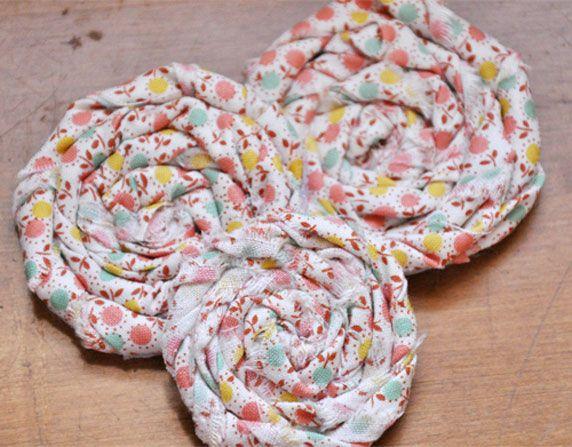 Un macaron en tissu fait maison   Fait maison, Rosette de tissu, Projets de couture