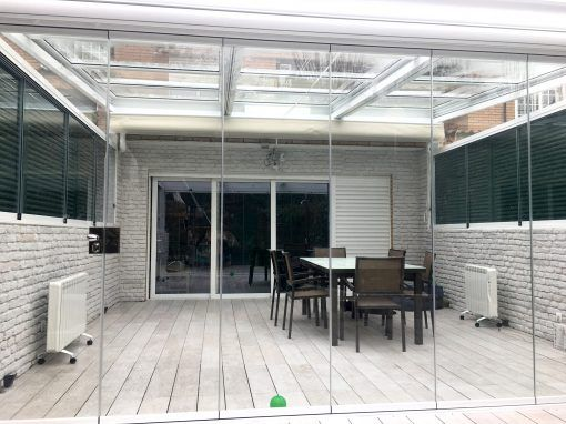 Cerramiento de terraza con cortina de cristal y techo for Cubrir suelo terraza