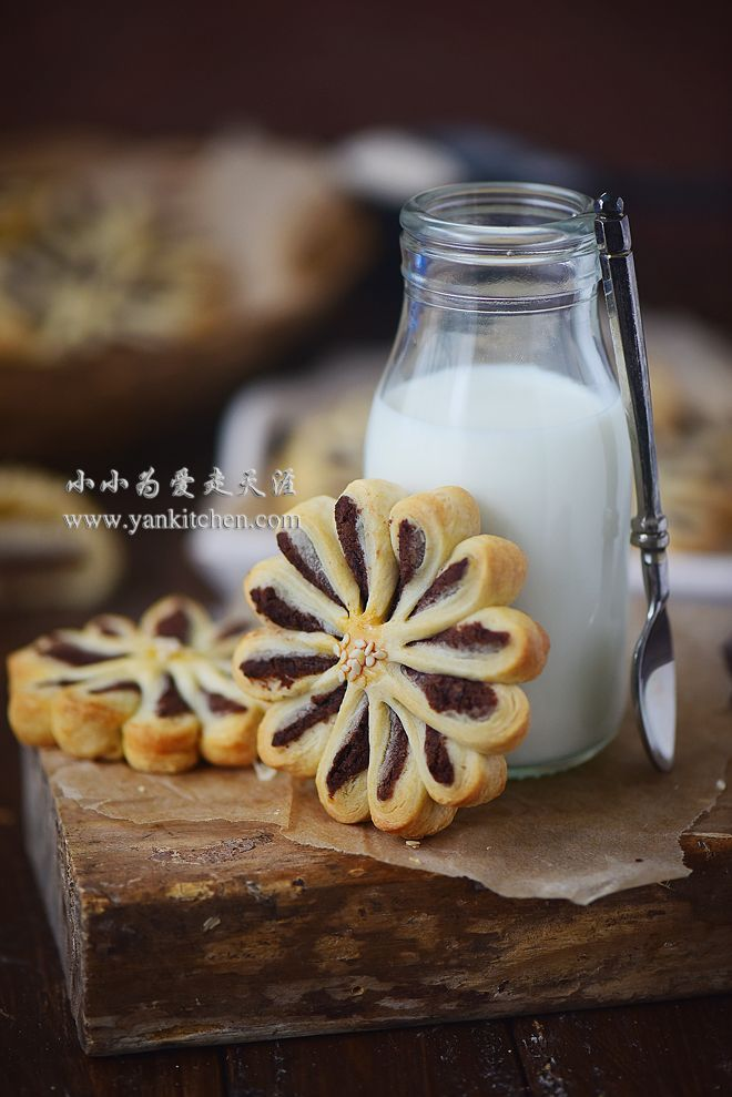 FLOWER SHAPE PASTRY COOKIES WITH RED BEAN FILLING