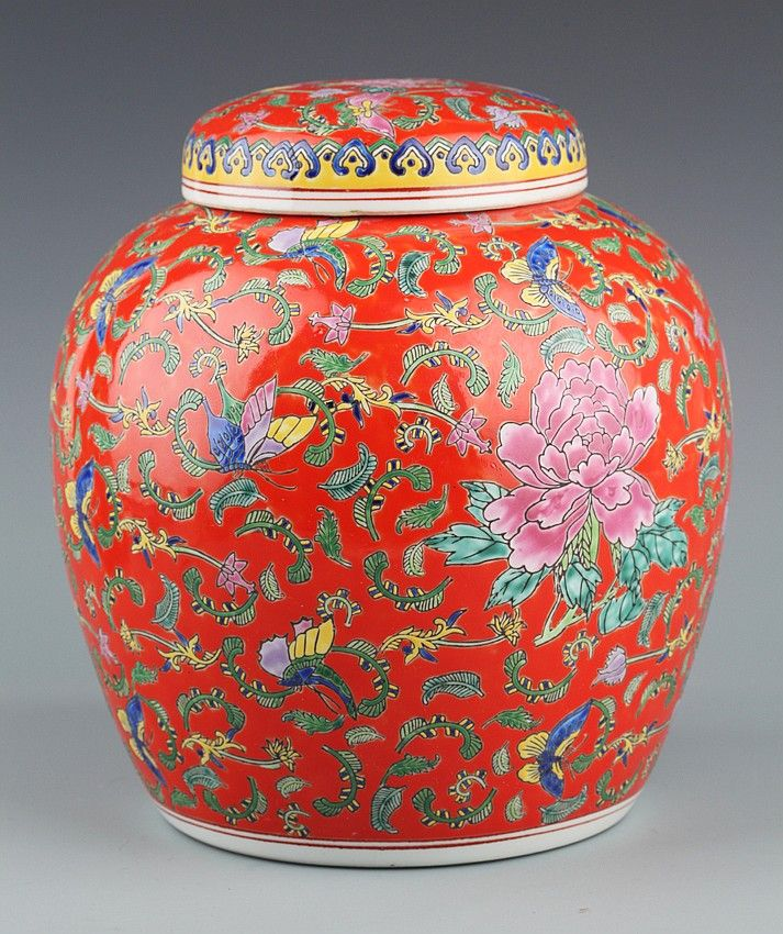 A RED COLOR FINELY PAINTED PORCELAIN JAR Qing Dynasty, H:9.2 in