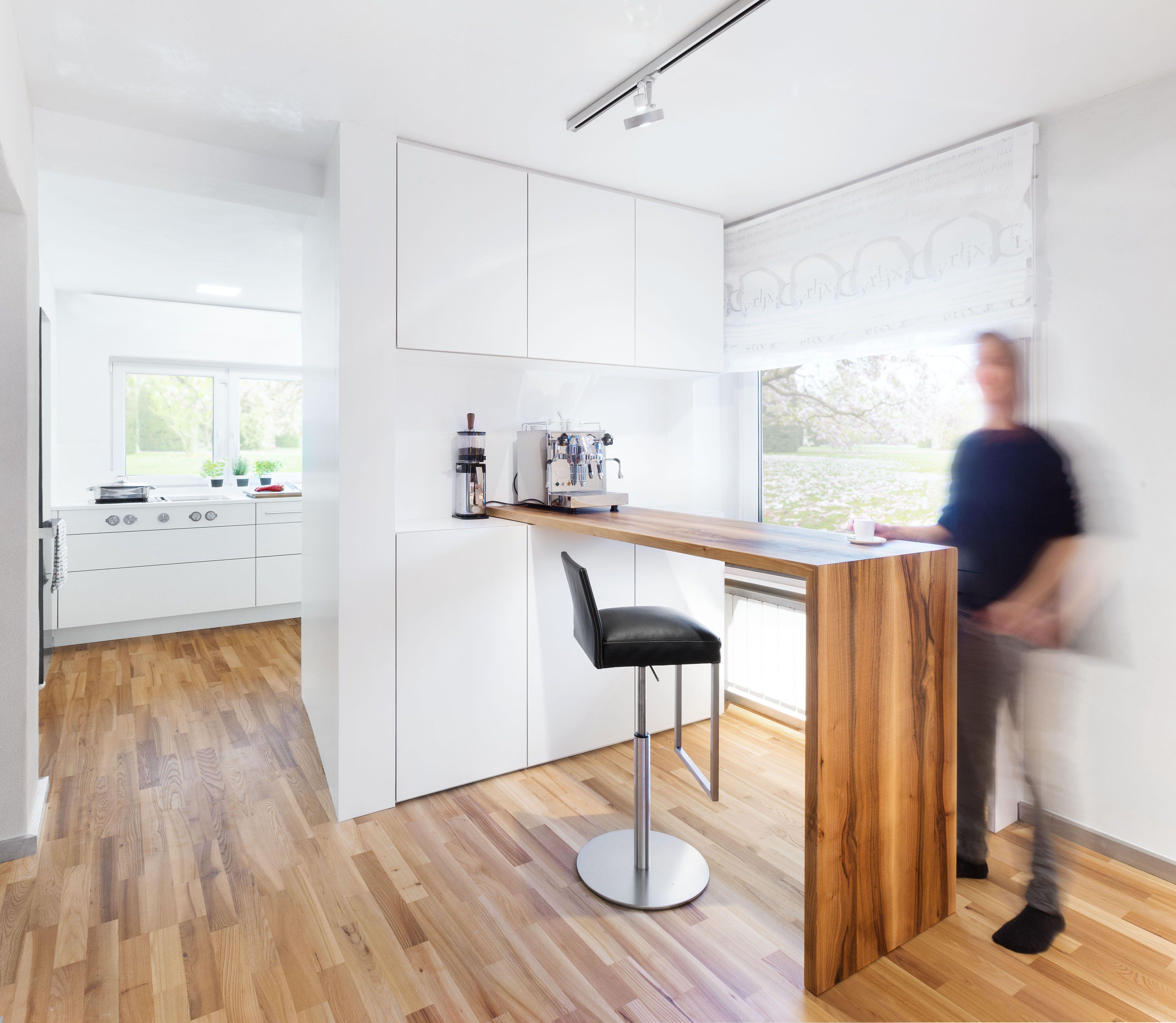 Schlichte weiße Küche mit grifflosen TipOn Fronten und Theke ...