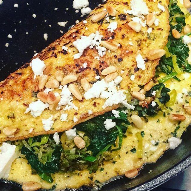 """Sonja Bakker on Instagram: """"Deze omelet met prei, feta en spinazie maakt van jou een smikkelbeer"""