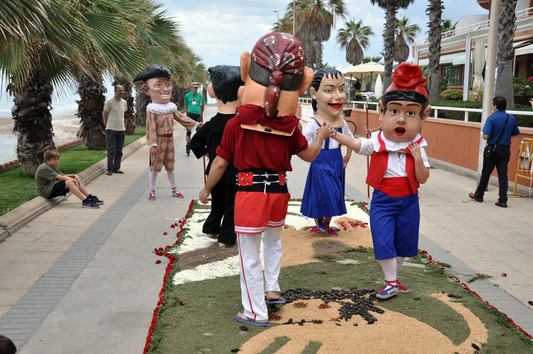 "Some ""big heads"" of Sitges take care, with beautiful dances to the sound of music, to step on the carpet and distroy it."