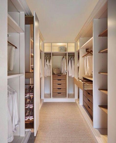 3 Unterschranke 2 Oberschranke Verbunden Mit Einer Kleiderstange Und Uberdachung Ahnliche Tolle Walk In Closet Inspiration Walk In Closet Design Closet Design
