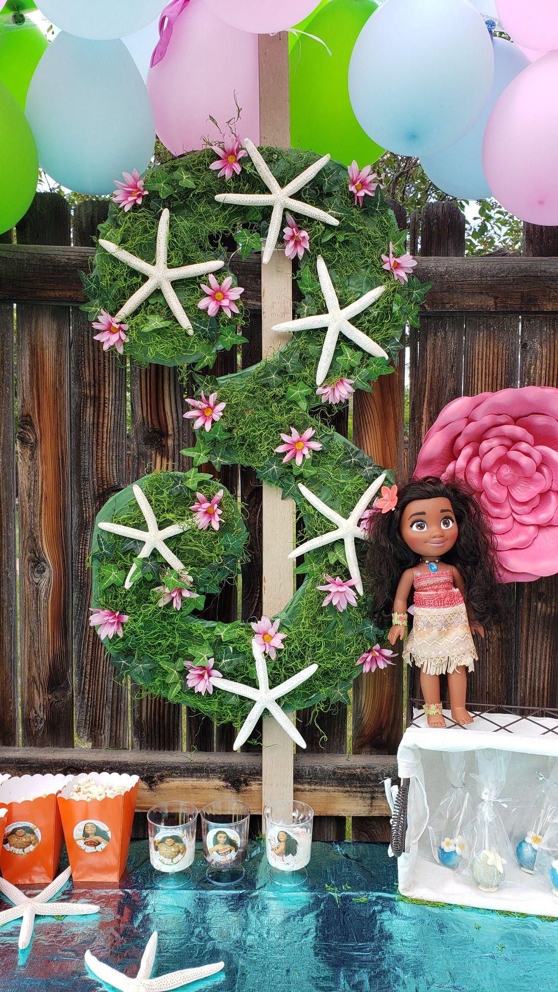 The Historic Moana Surfrider Hotel In Hawaii Gets All ... |Moana Themed Christmas Tree