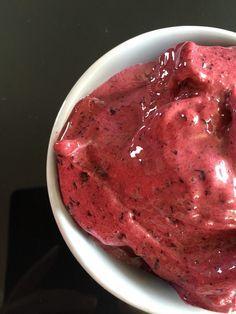 Glace au yaourt, banane et myrtilles ou frozen yogurt sans sorbetière
