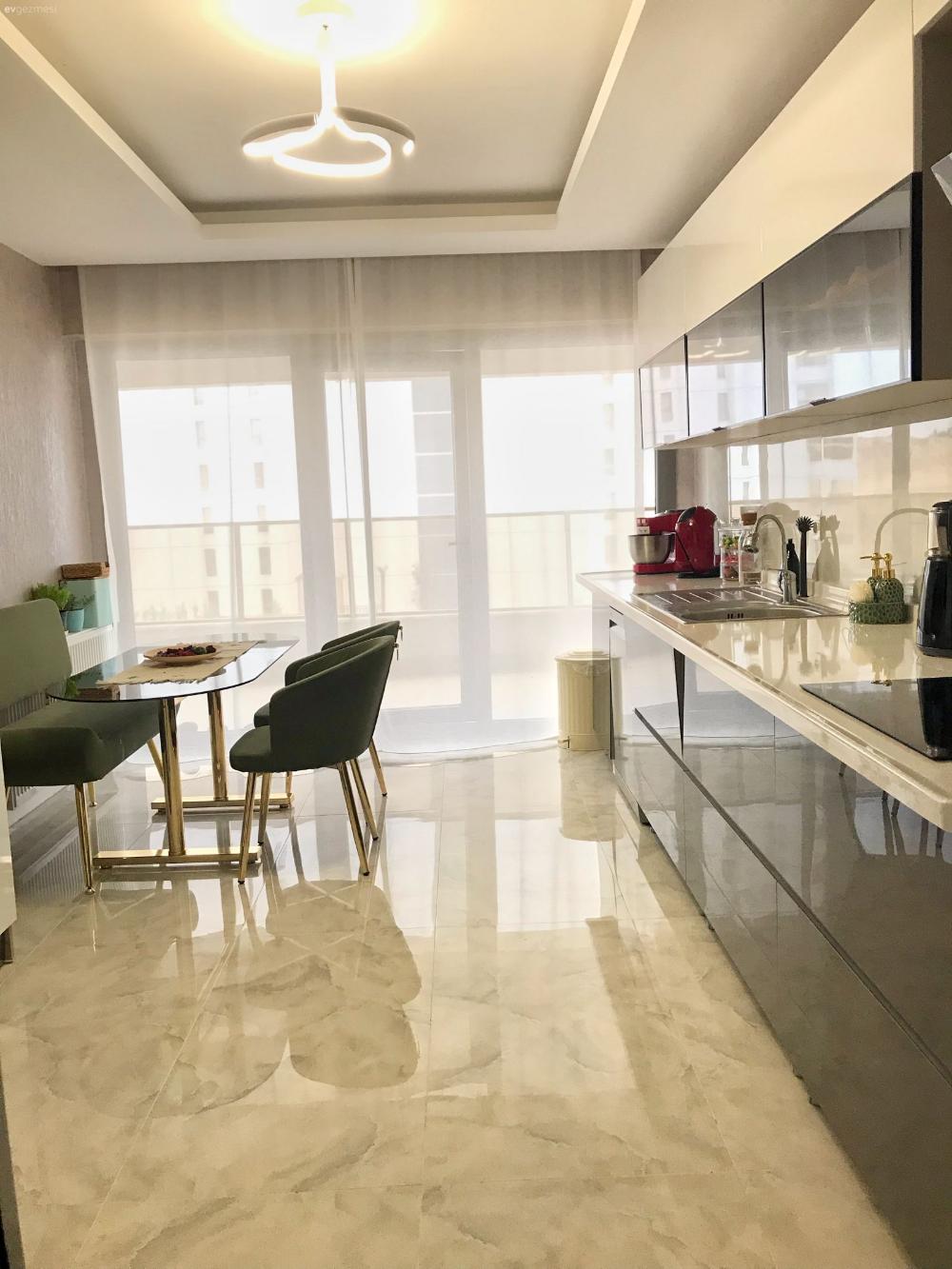 Mutfak Beyaz Siyah Zümrüt yeşili Altın Modern mutfak Kulpsuz mutfak dolabı Mutfak tezgahı Mutfak tezgah arası Tavan dekorasyon Avize Aydınlatma Mutfak Avize Mod...