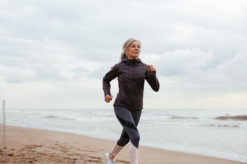 про зрелая женщина на пробежке видео мужчины ищут