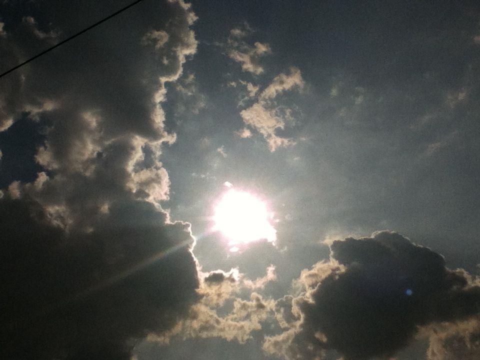 마치 그림처럼 아름다워서 아무리 봐도 질리지 않는데 사진으로는 도통 느껴지지가 않으니 한번 더 찍기보다 1초 더 바라보는 것이 낫다는 생각이 들 때가 있다  I have never been bored watching that beautiful sky, but pictures cannot take that beauty. so I, sometimes, think watching it a second longer would be better than taking it a more picture.
