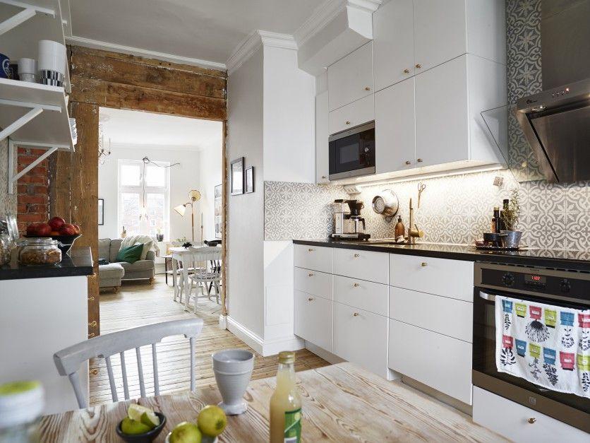 Kuchnia Z Cementowymi Kaflami Na ścianie W Bieli I