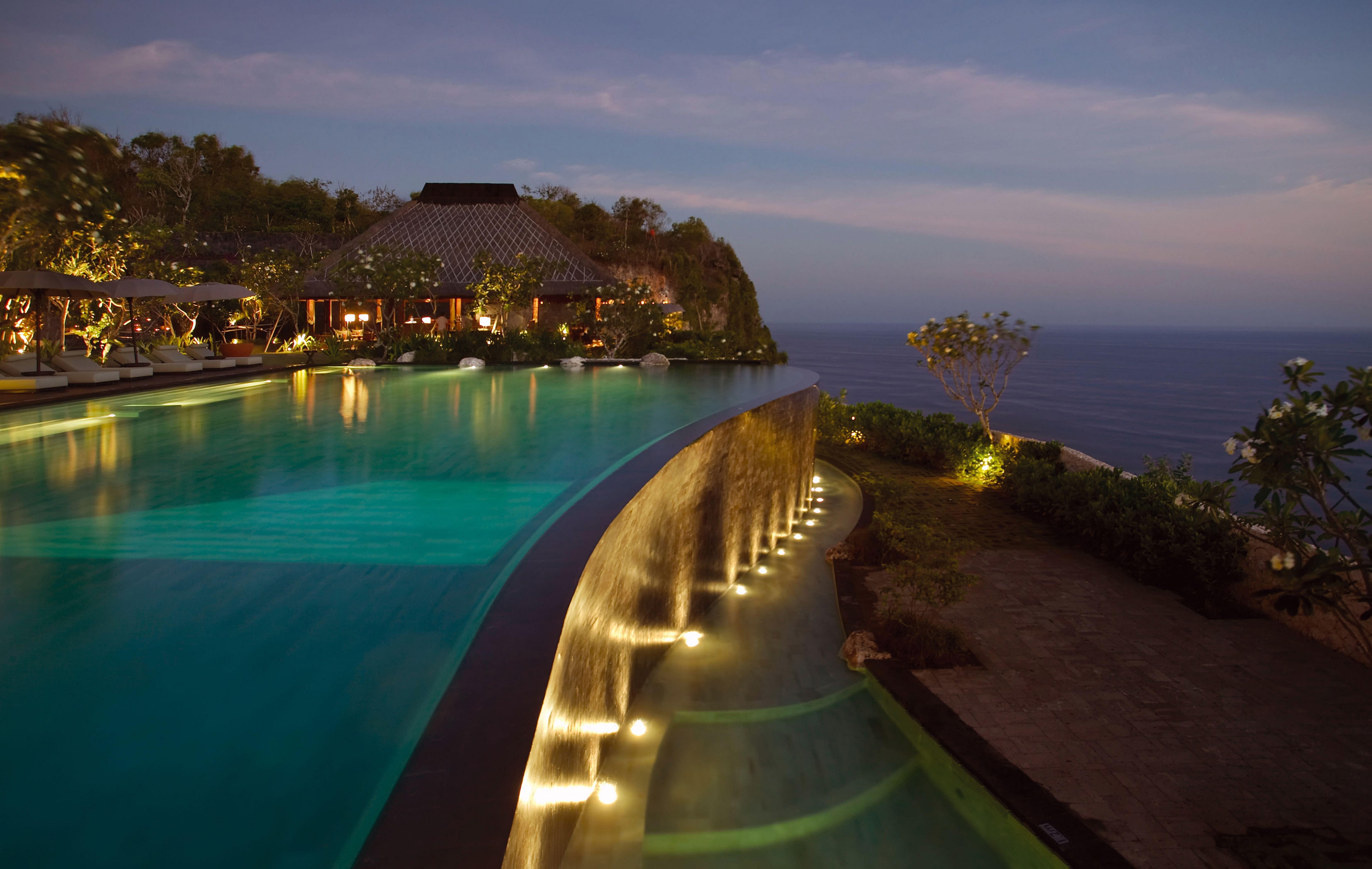 Wir haben drei der schönsten Pools der Welt von Brasilien über Marokko bis Bali für Sie ausgewählt. Im Bulgari Resort, Bali liegt der Infinity Pool an der Kante einer 150 m hohen Steilklippe!