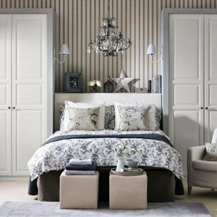 Schon Tapetenmuster Streifentapete Schlafzimmer Hocker Bettwäsche Floral