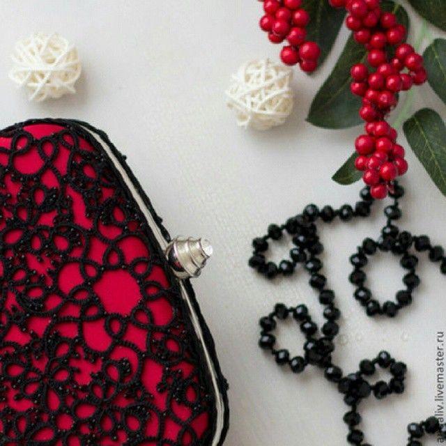 「Еще одна совместная работа с @andaliv. Неизменное сочитание красного и черного #клатч #фриволите #клатчбокс #мода #клатчнацепочке」