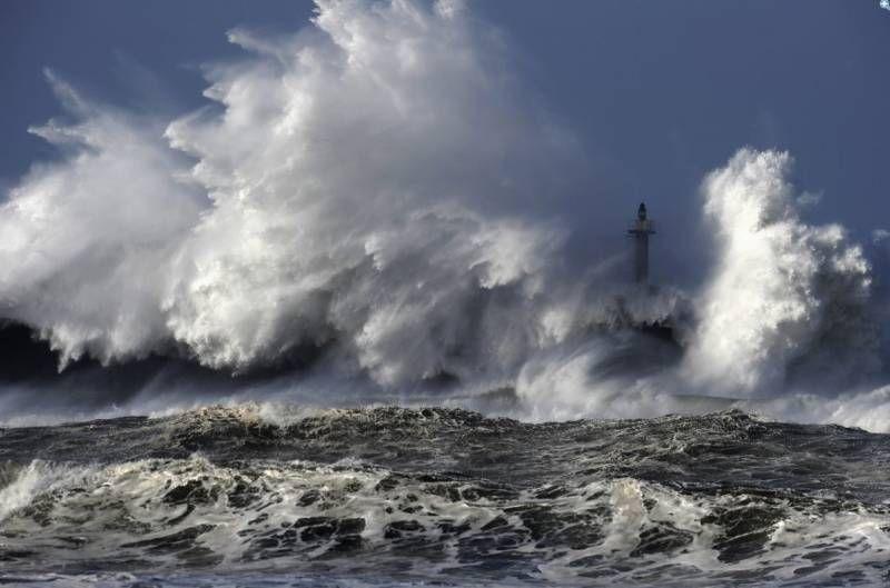 Fúria dos mares: ondas gigantes prejudicam transportes e fazem vítimas em todo o mundo - Fotos - R7 Tecnologia e Ciência