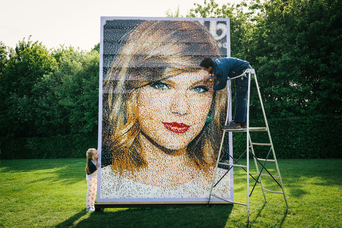 We re-created Taylor Swift in LEGO using a total of 35,840 individual bricks! >>>> This is awesome!