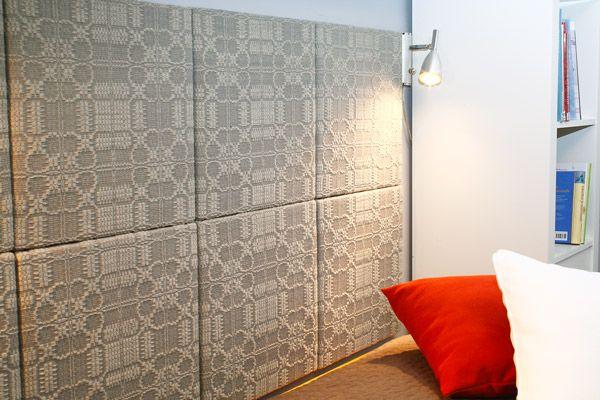 Makuuhuoneen sängynpääty on koottu paneeleista, jotka on päällystetty itse kudotulla kankaalla. Kuviot on otettu perinteisistä liinakankaista. Kukkapaneelit (3376) Mallikerta nro 4/2011.
