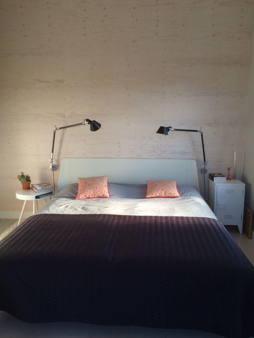 Slaapkamer met underlayment wand en Artemide lamp zwart ...