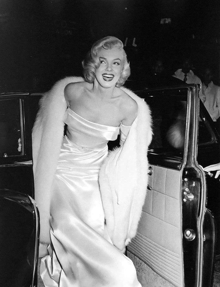 Marilyn Monroe arriving at a Hollywood premeire in 1953. #hollywoodlegends