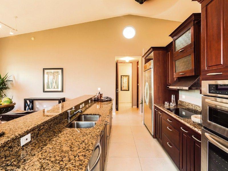 Me encanta esta cocina. Es moderna, con amplios gabinetes y puertas ...