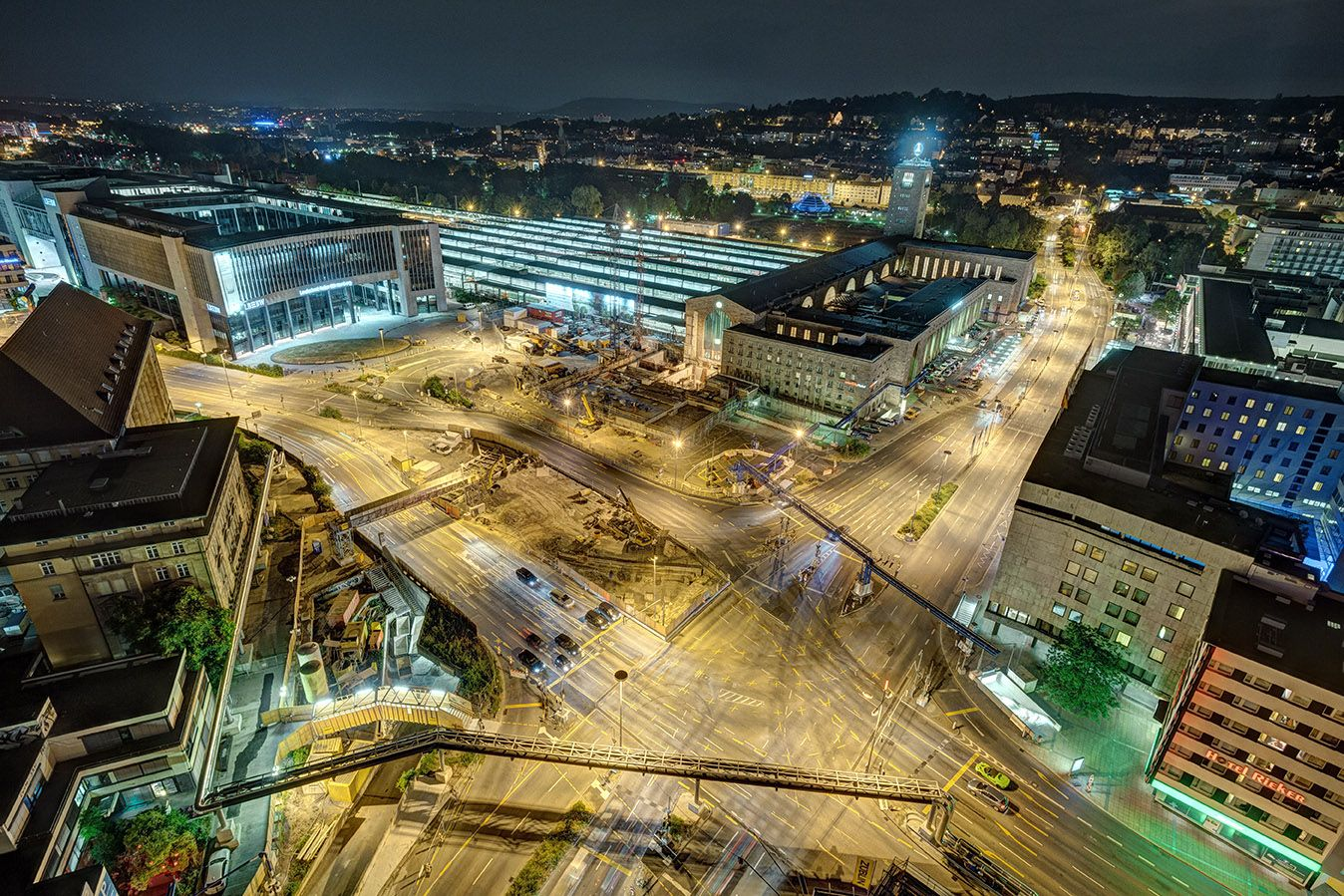 Aus 70 Meter Höhe, #nachts über dem Arnulf-Klett-Platz: #Stuttgart #Hauptbahnhof. ( #Kriegsbergstrasse #Friedrichstrasse #HeilbronnerStrasse #Kreuzung )