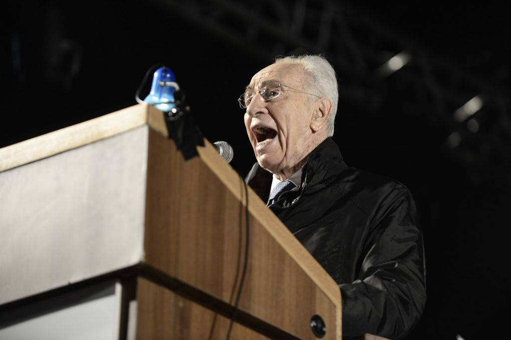 Peres at Rabin rally: Those who give up on peace are delusional - In fiery speech aimed in part at netanyahu, ex-president slams those seeking to 'manage conflic' with Palestinians; thousands at memorial marking 19 years since assassination
