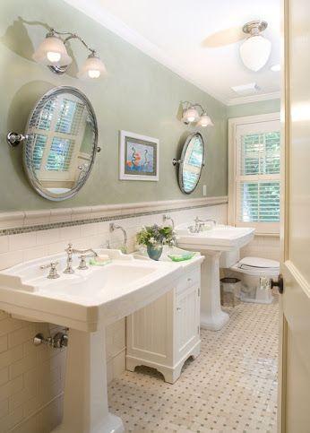 Salle de bains vintage carrelage métro avec liseré noir, corniche et