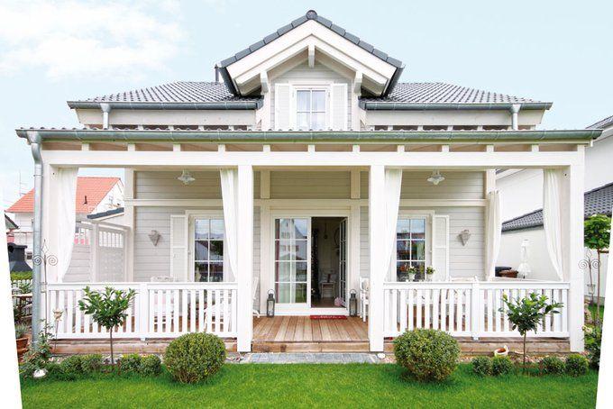 liebevoll verspielt zeigt sich diese kleine villa die sich ihr vorbild an der ostk ste amerikas. Black Bedroom Furniture Sets. Home Design Ideas