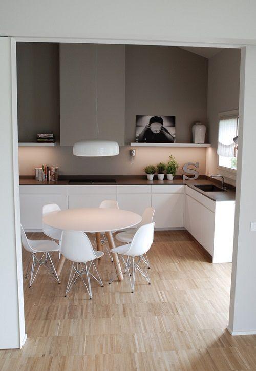 Combinaci n de muebles blancos con encimera marr n y pared - Muebles de piedra ...
