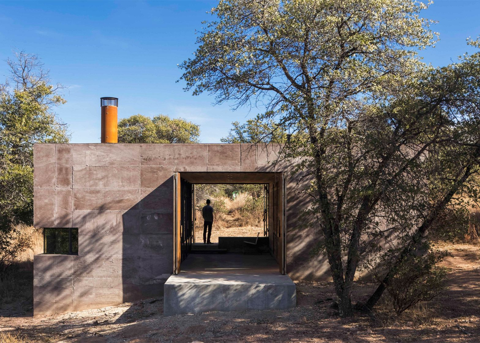 Arizona Studio Dust Has Created A Desert Home South Of Tucson Using Volcanic Residue To Form Rammed Earth Walls Desert Homes Zombie Proof House Architecture