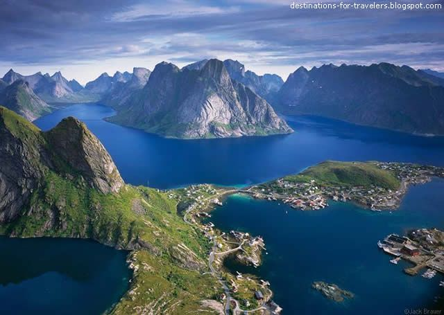 REINE - a village on the Lofoten Islands - Norway - Watch videos at http://destinations-for-travelers.blogspot.com.br/2013/06/reine-nas-ilhas-lofoten-reino-da-noruega.html