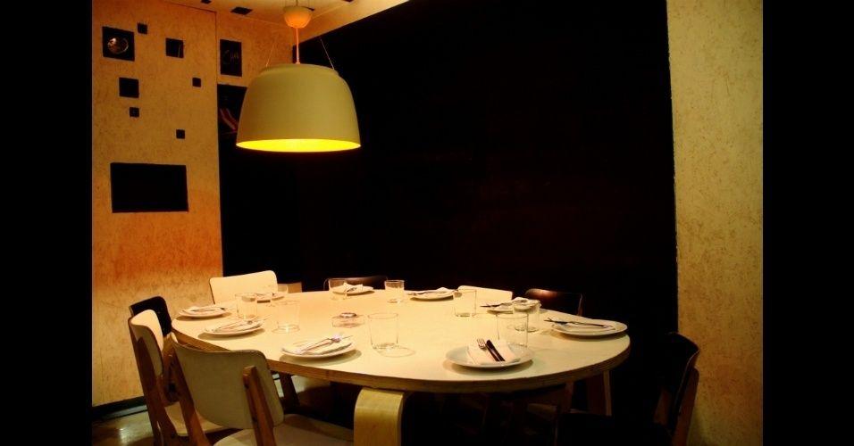 Em 2009, o gastrobar ganhou o prêmio de melhor decoração dado pelo jornal espanhol El Mundo. Com 290 m², este estabelecimento que mistura bar e restaurante em um mesmo ambiente possui espaços com temáticas diferentes, como a mesa e as cadeiras adaptadas para o público infantil (na foto)