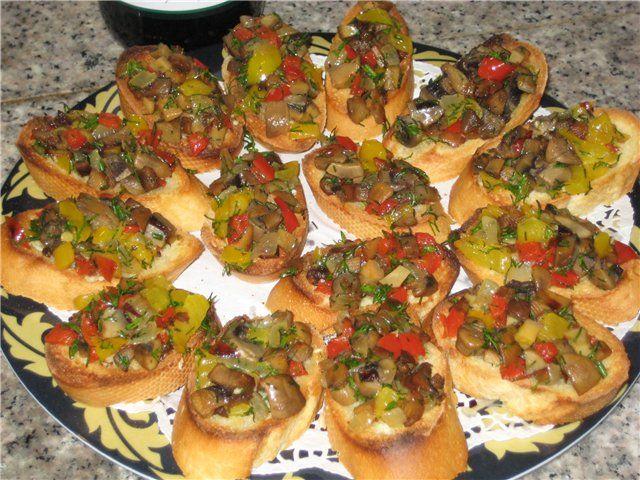 Оригинальные бутерброды Хлеб багет Грибы отваренные Красный и желтый сладкий перец Чеснок Зелень Оливковое масло