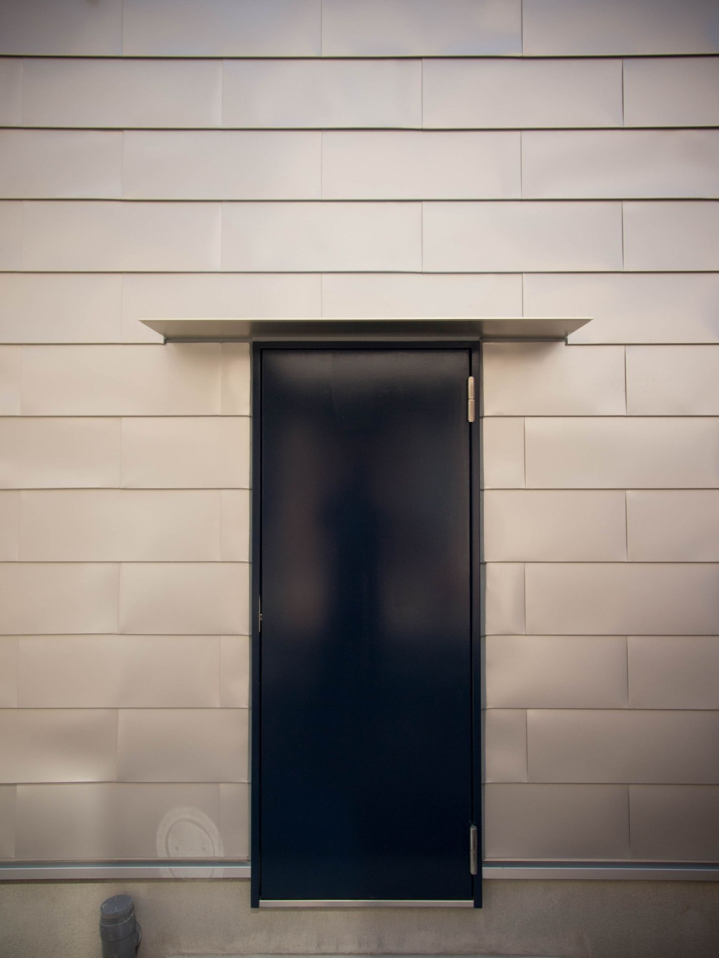 通り庭の家 外からは入らないと決めた勝手口ドアは外にハンドルがない