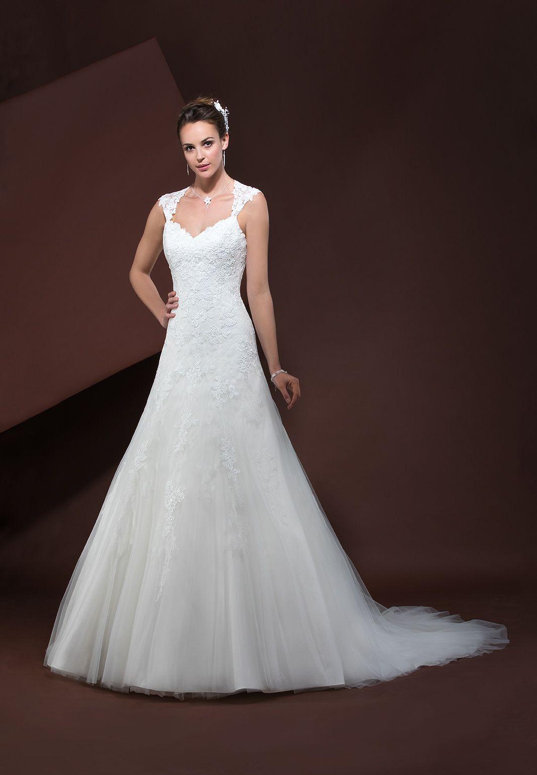 bea017863da04 Robe de mariée en dentelle et tulle forme princesse avec décolleté cœur. De  larges bretelles