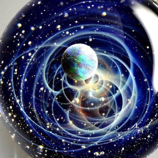 O espaço e o universo aprisionados em pequenas bolas de vidro nas incríveis esculturas de Satoshi Tomizu